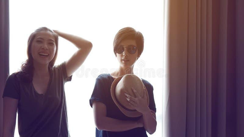 Duas mulheres asiáticas elegantes levantam junto fotos de stock royalty free