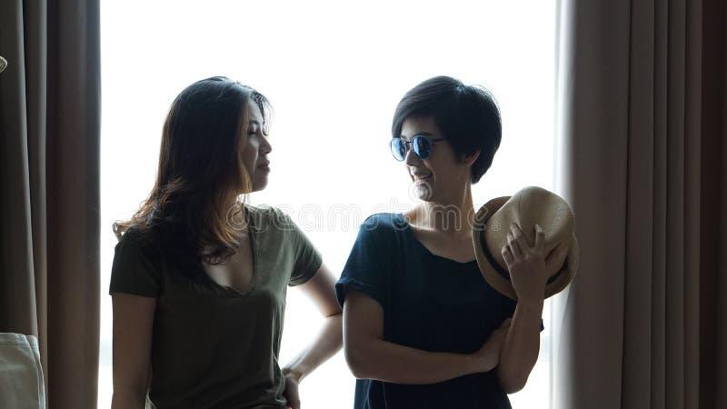 Duas mulheres asiáticas elegantes levantam junto fotografia de stock royalty free