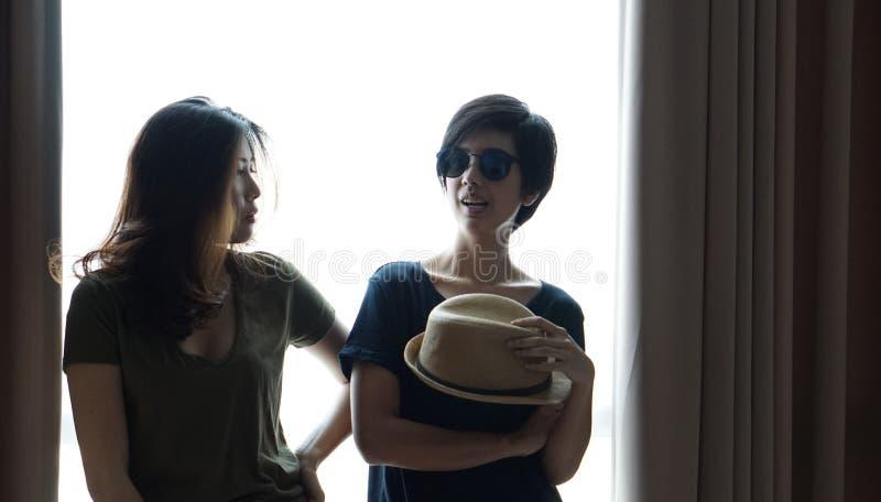 Duas mulheres asiáticas elegantes levantam junto imagem de stock