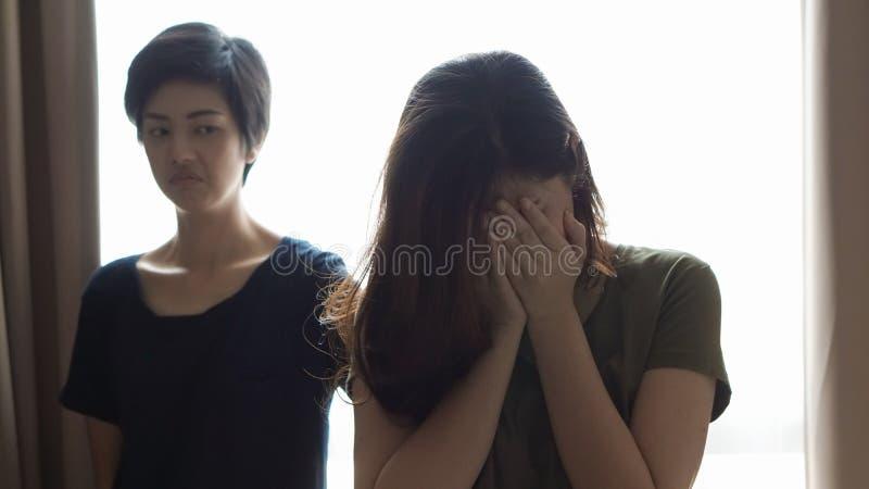 Duas mulheres asiáticas lutam, tiranizam, amigo ciumento e problema do relacionamento fotografia de stock royalty free