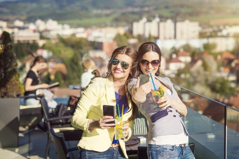 Duas mulheres bonitas imagem de stock