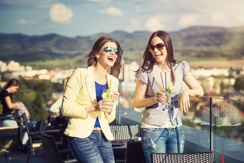 Duas mulheres bonitas fotografia de stock royalty free