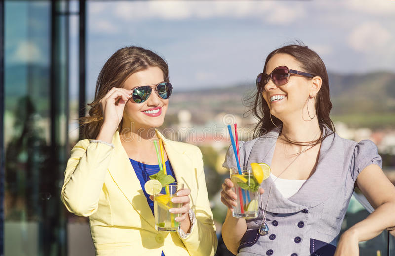 Duas mulheres bonitas imagens de stock