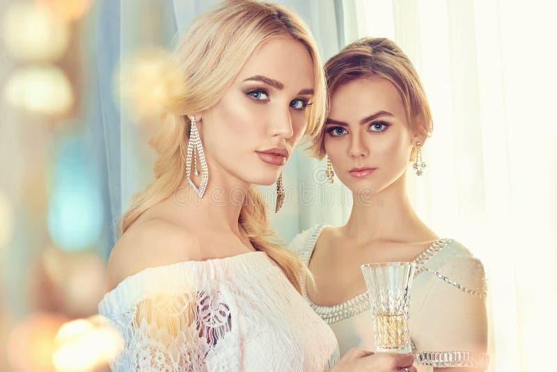 Duas mulheres bonitas Partido fotos de stock royalty free