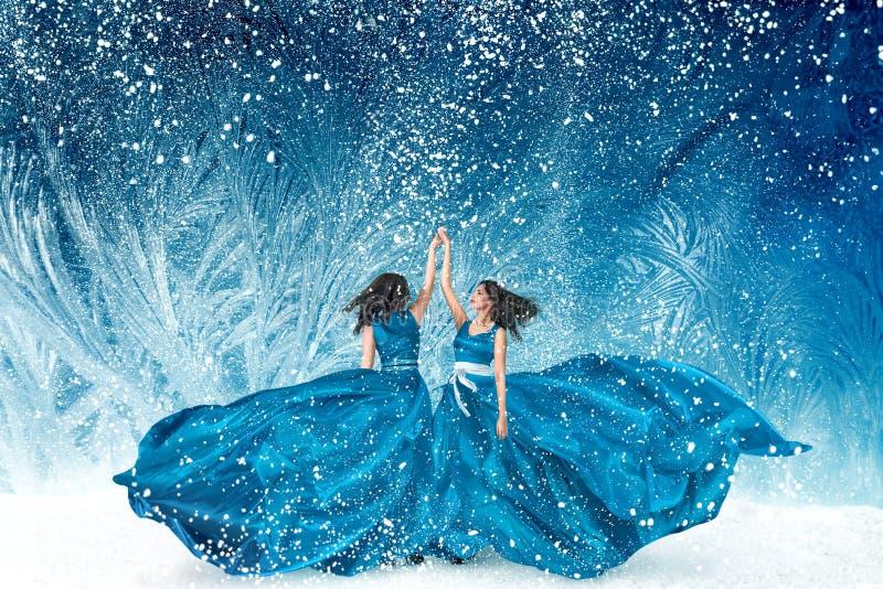 Duas mulheres bonitas que dançam na floresta do conto de fadas imagens de stock royalty free