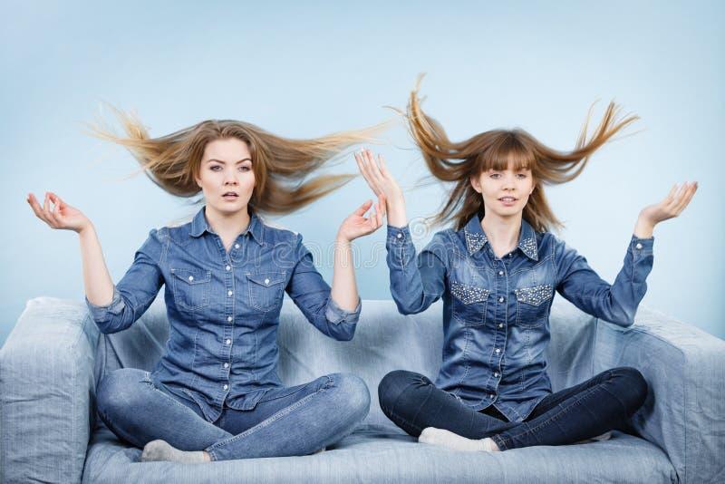 Duas mulheres chocadas com cabelo windblown fotos de stock royalty free