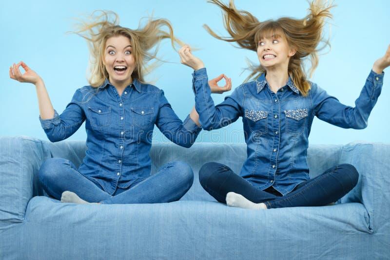 Duas mulheres chocadas felizes com cabelo windblown imagem de stock