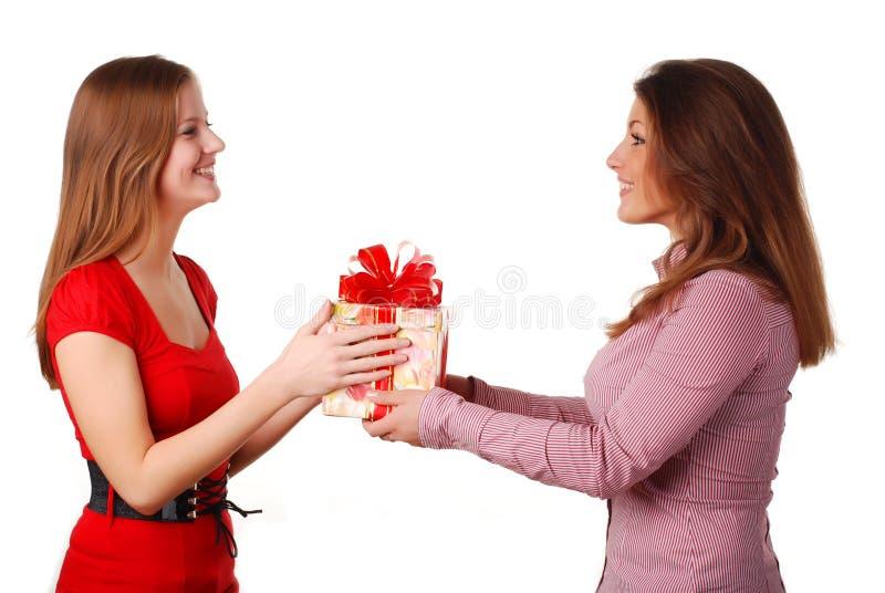 Duas mulheres com caixa fotografia de stock royalty free