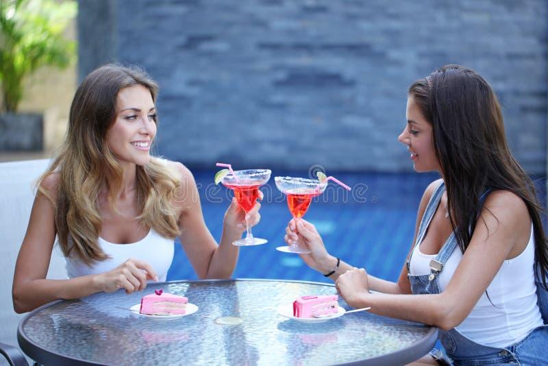 Duas mulheres com cocktail imagens de stock royalty free