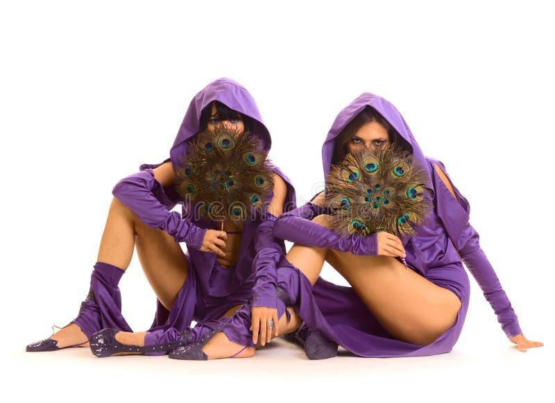 Duas mulheres com divertimento imagens de stock royalty free