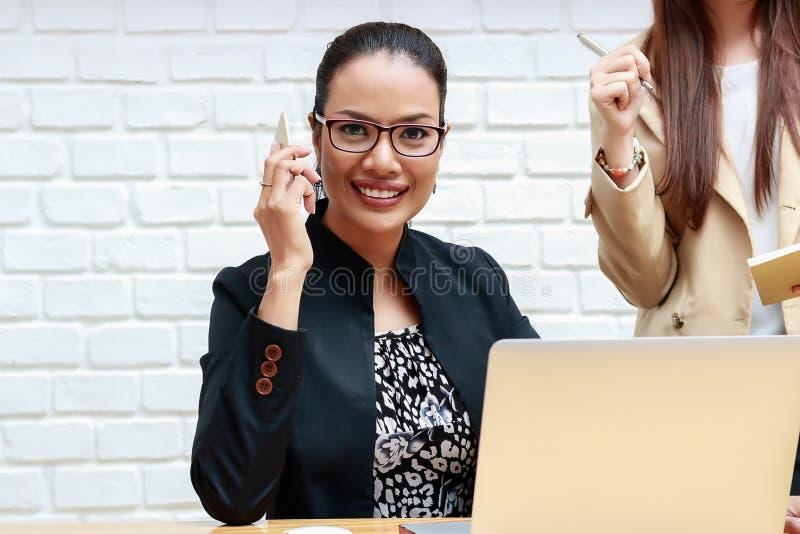 Duas mulheres de negócio estão discutindo o trabalho fotos de stock royalty free
