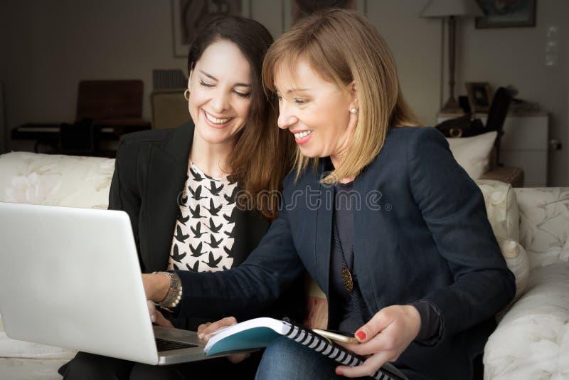 Duas mulheres de negócio que trabalham em casa imagens de stock royalty free