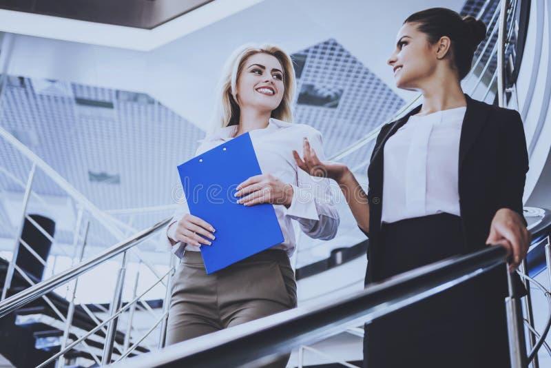 Duas mulheres de negócios atrativas que estão em escadas fotos de stock royalty free