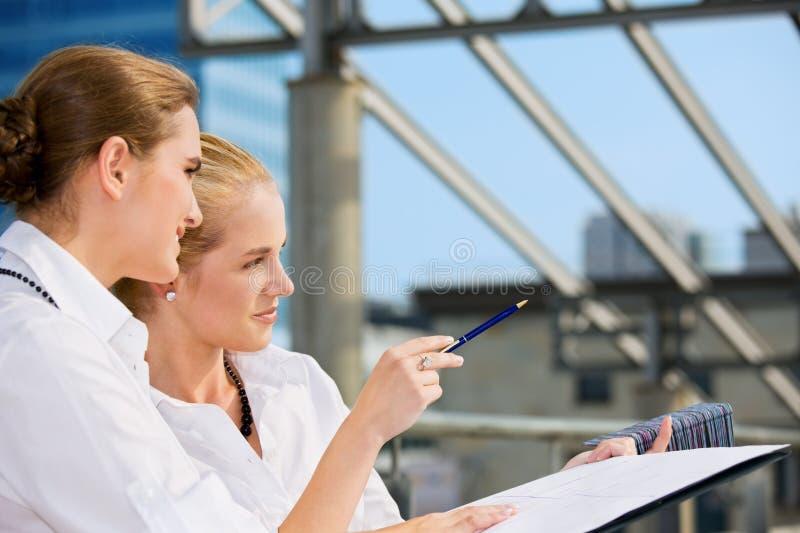 Duas mulheres de negócios felizes com carta de papel imagens de stock royalty free