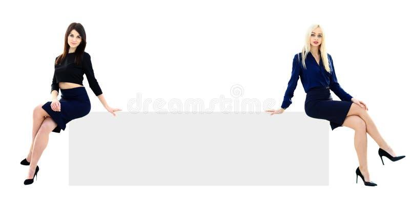 Duas mulheres de negócios que mostram um vazio fotos de stock