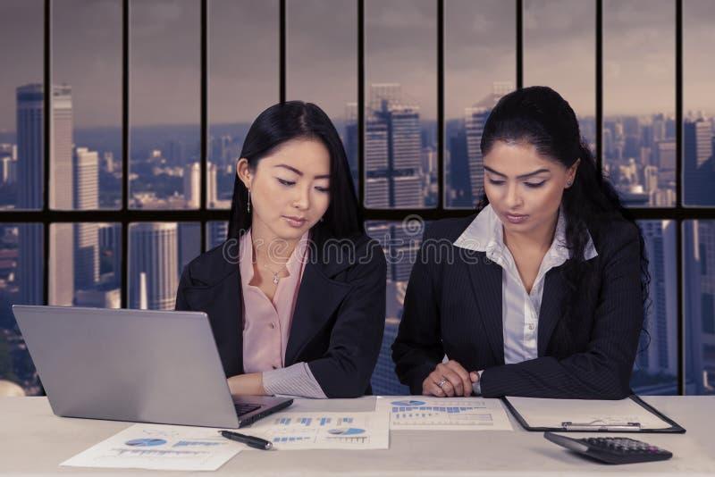 Duas mulheres de negócios que trabalham junto imagens de stock royalty free