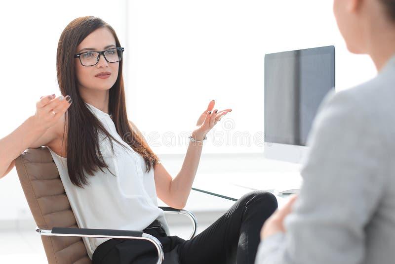 Duas mulheres de neg?cio est?o discutindo o problema imagem de stock royalty free