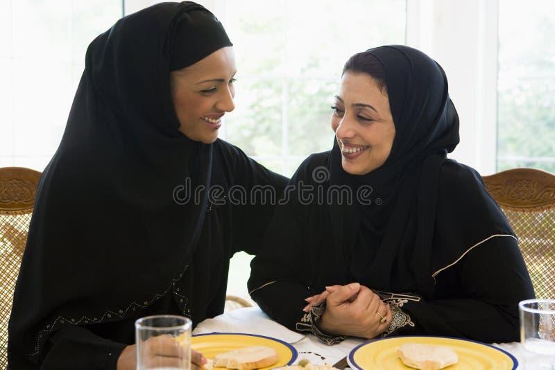 Duas mulheres do Oriente Médio que apreciam uma refeição fotografia de stock
