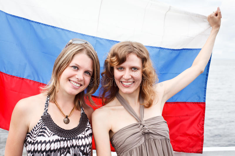 Duas mulheres do russo sob a bandeira de Rússia foto de stock royalty free