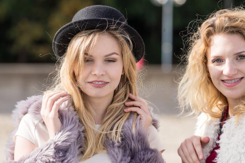 Duas mulheres elegantes exteriores imagem de stock royalty free