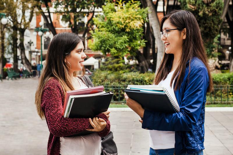 Duas mulheres estudantes, mulheres hispânicas e amigas latinas do México, jovens mexicanos fotos de stock