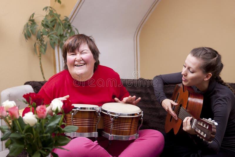 Duas mulheres fazem uma terapia de música fotografia de stock
