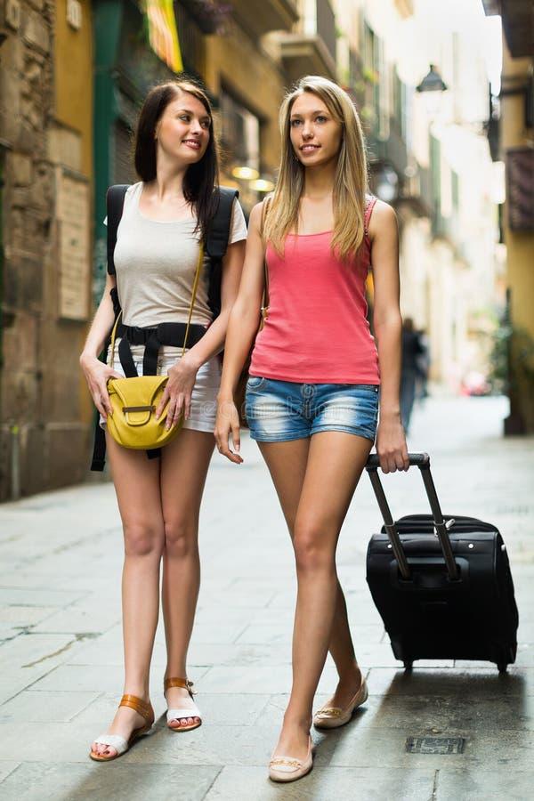 Duas mulheres felizes com bagagem imagens de stock royalty free