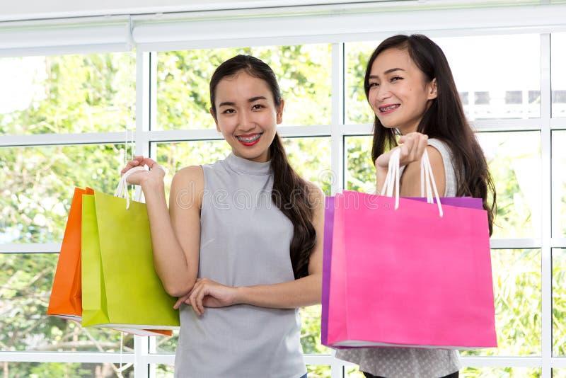 Duas mulheres felizes com sacos de compras disponível Smilin da senhora da compra fotografia de stock royalty free