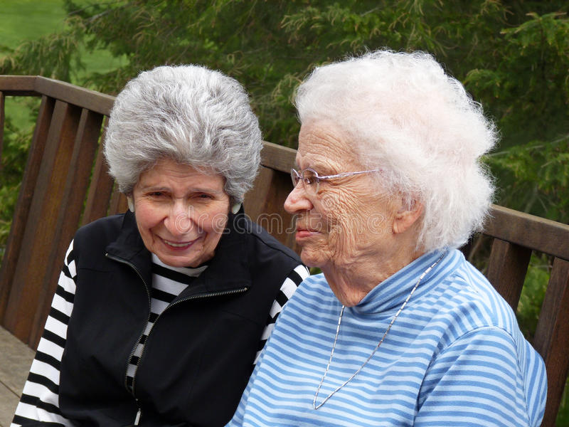 Duas mulheres gray-haired fotos de stock royalty free