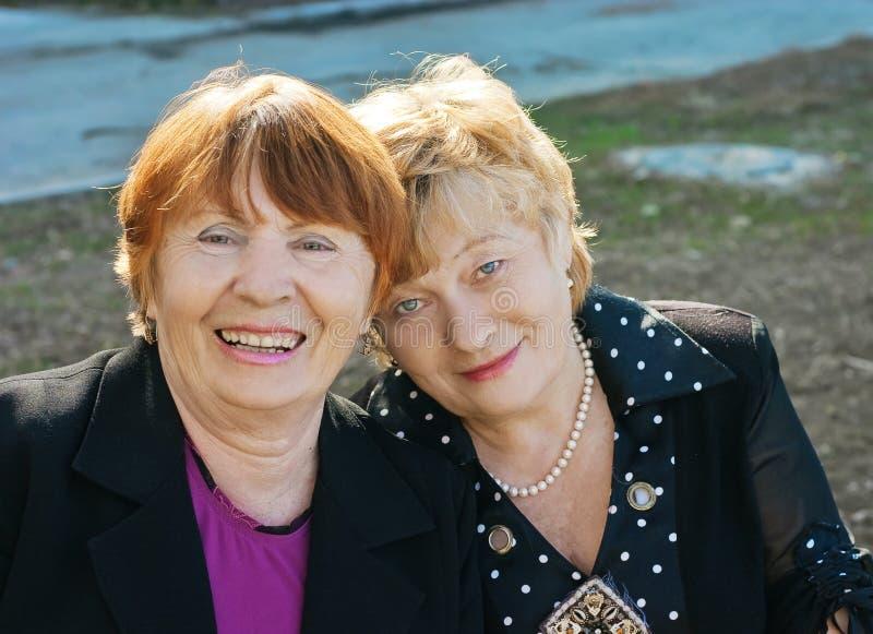 Duas mulheres idosas alegres imagens de stock