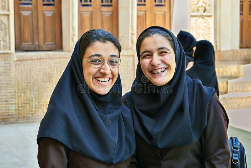 Duas mulheres iranianas na casa histórica de Tabatabaei, Kashan, Irã fotos de stock royalty free