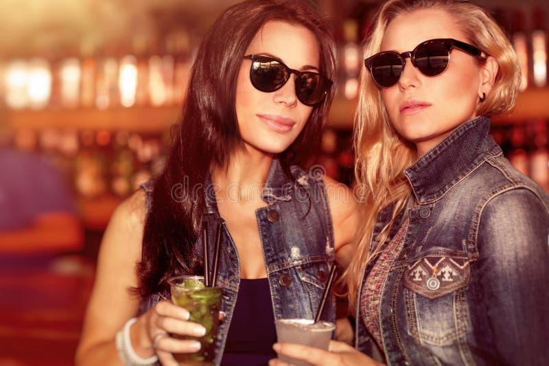 Duas mulheres lindos na barra foto de stock royalty free