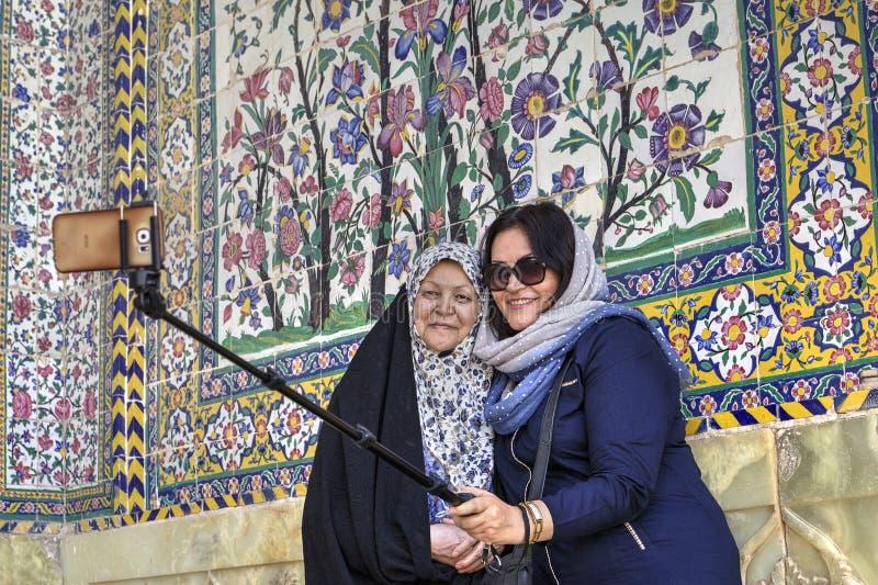 Duas mulheres muçulmanas fazem o selfie no lugar santo, Shiraz, Irã imagem de stock royalty free