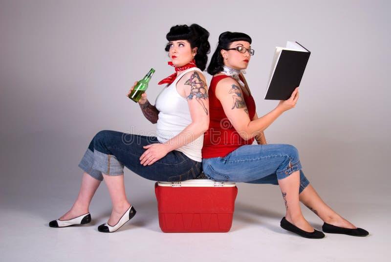 Duas mulheres na forma dos anos sessenta. imagem de stock royalty free