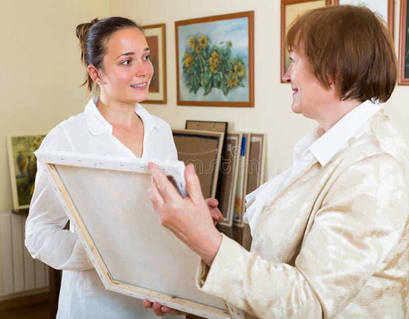 Duas mulheres na galeria de arte imagem de stock royalty free