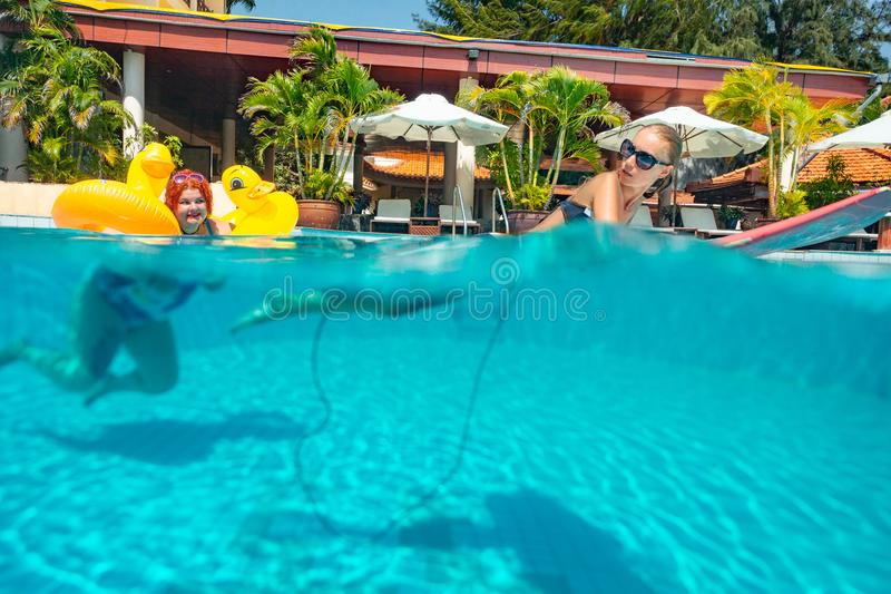 Duas mulheres na piscina fotografia de stock