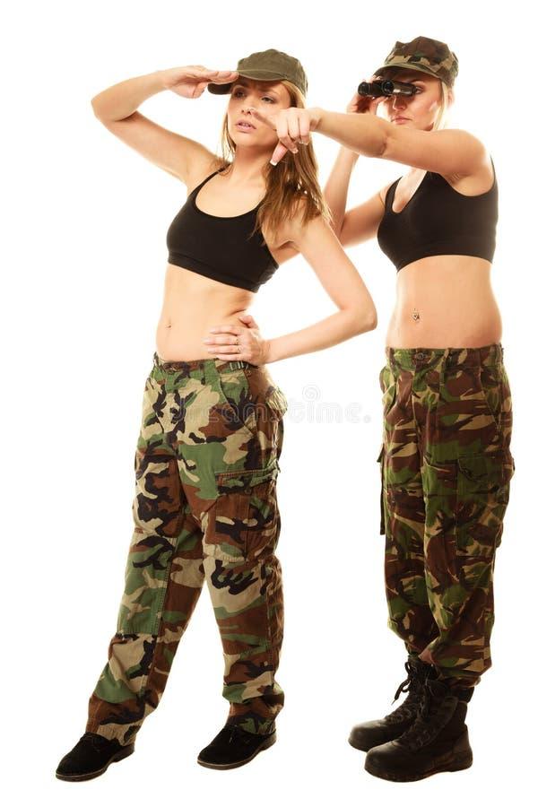 Duas mulheres na roupa militar com as meninas do exército dos binóculos fotografia de stock