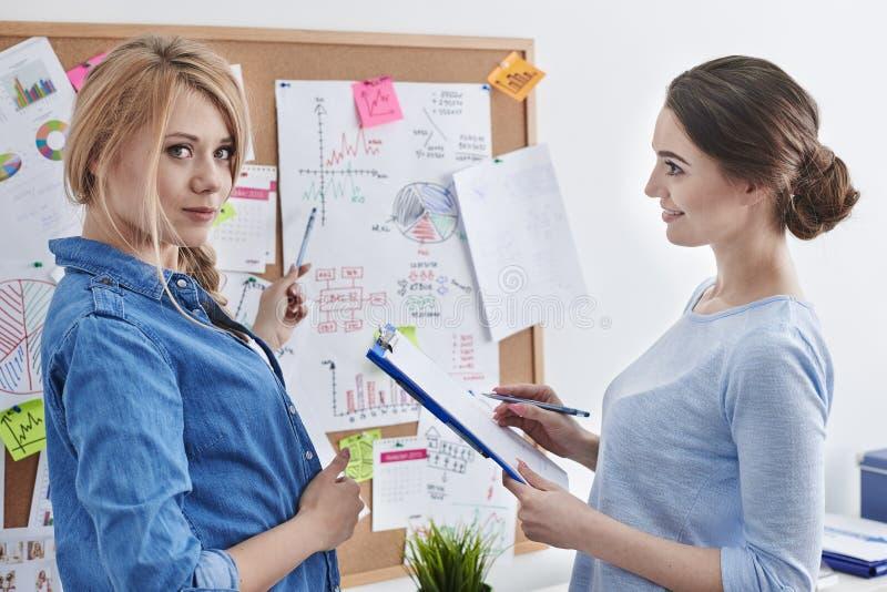 Duas mulheres no escritório imagem de stock royalty free