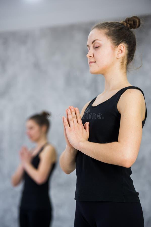 Duas mulheres no gym classificam, exercício do abrandamento ou classe da ioga imagens de stock royalty free