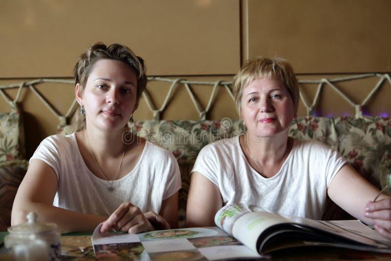 Duas mulheres no restaurante imagens de stock royalty free