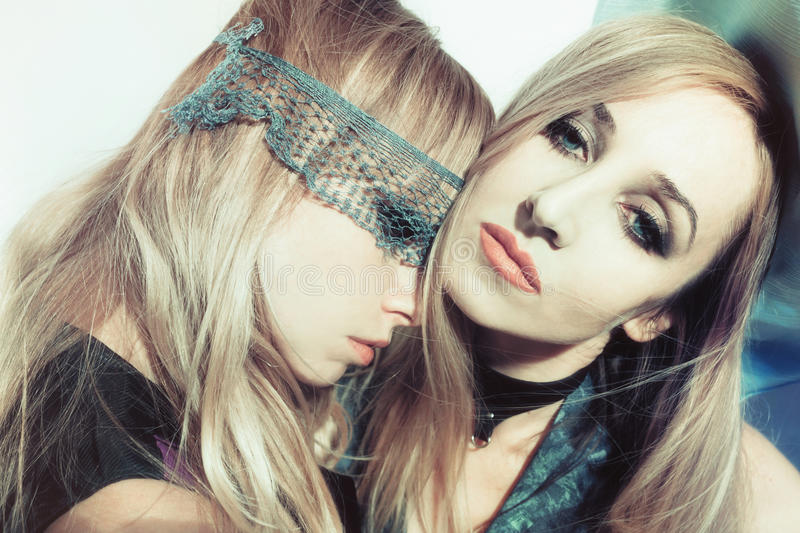 Duas mulheres novas bonitas foto de stock