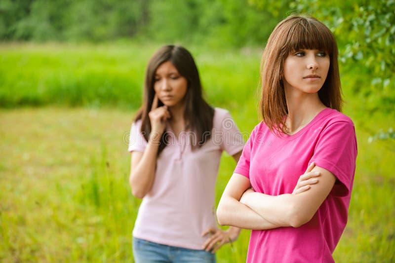 Duas mulheres novas bonitas no parque fotografia de stock