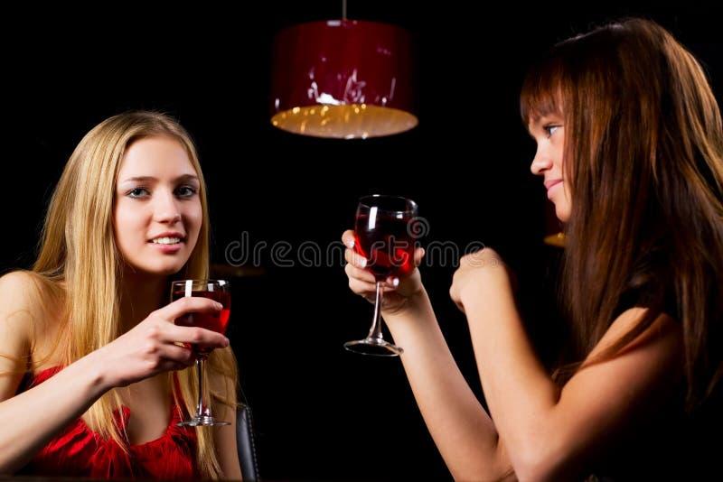 Duas mulheres novas em uma barra. imagens de stock