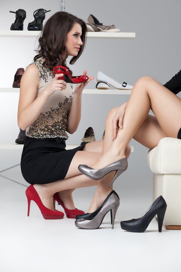 Duas mulheres novas que tentam nos saltos elevados imagens de stock royalty free