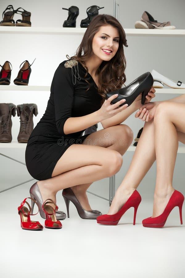 Duas mulheres novas que tentam nos saltos elevados imagem de stock royalty free