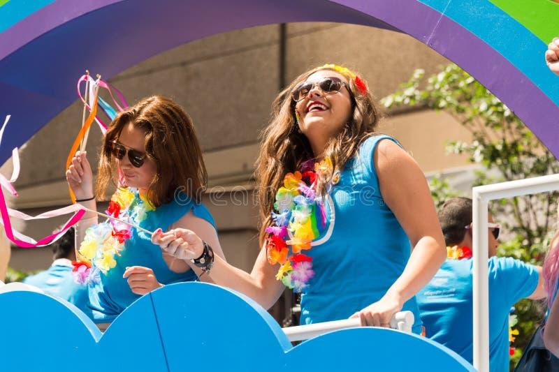 Duas mulheres participam em Toronto Pride Parade imagem de stock royalty free