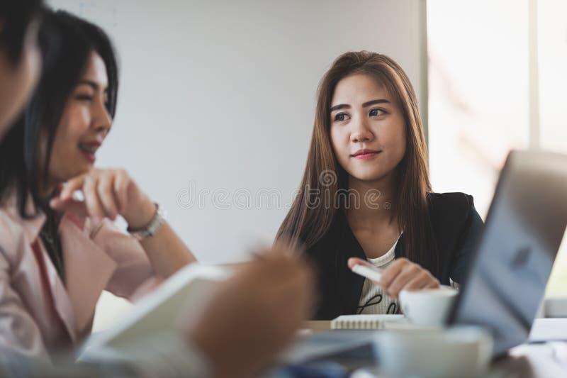 Duas mulheres participam reunião de negócios imagem de stock royalty free
