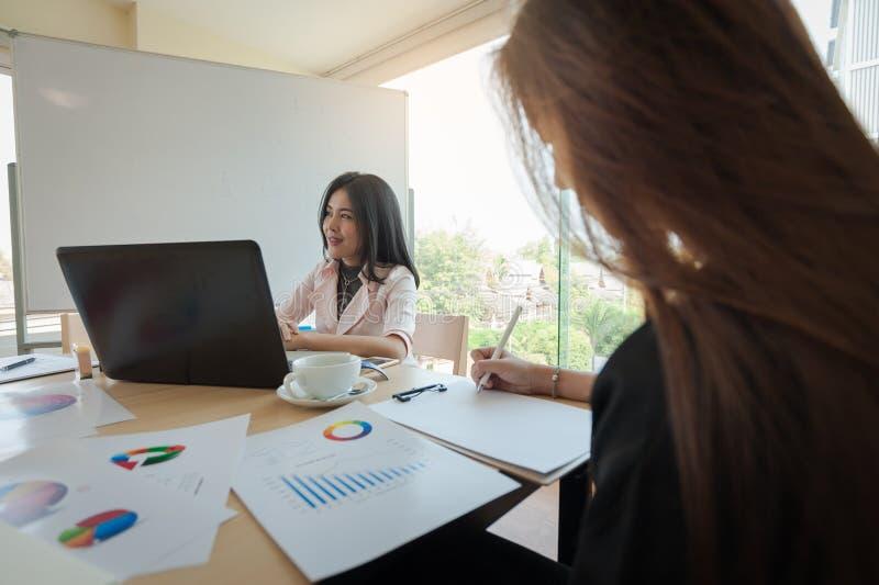 Duas mulheres participam reunião de negócios imagens de stock royalty free
