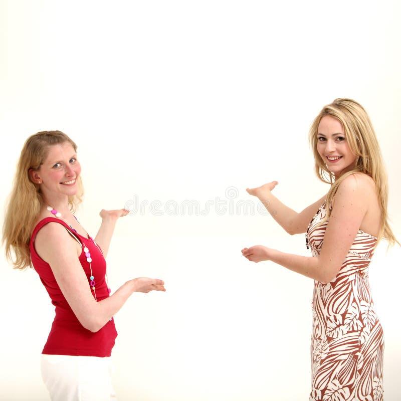 Duas mulheres que coordenam a colocação do produto fotos de stock