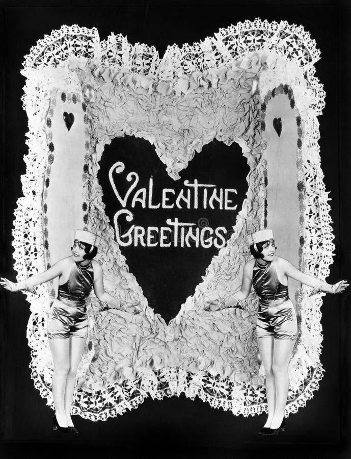Duas mulheres que levantam no Valentim (todas as pessoas descritas não são umas vivas mais longo e nenhuma propriedade existe Gar imagem de stock